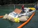 Das Motorboot wird gleich aus dem Wasser genommen.